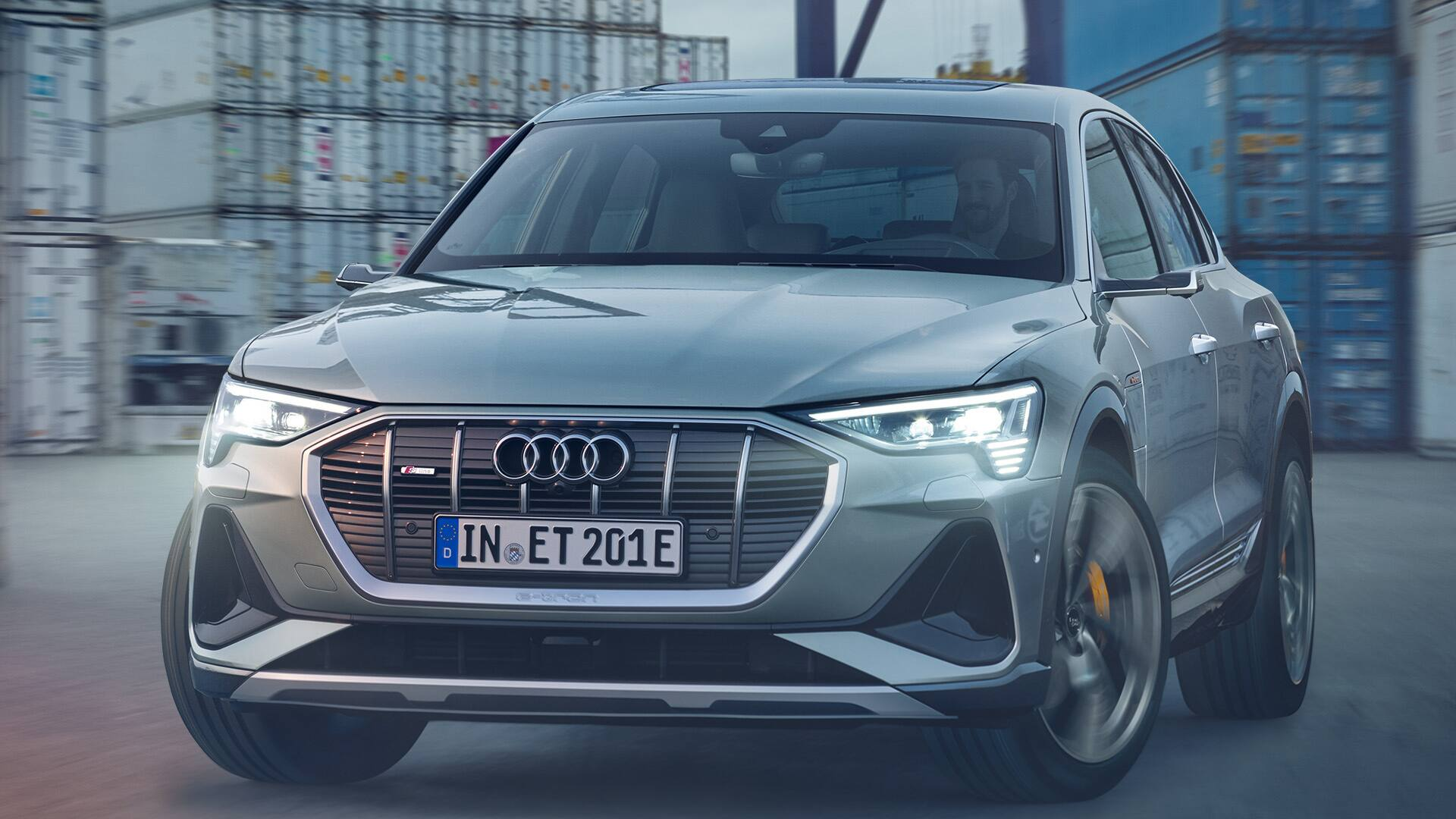 Der Audi e-tron Sportback inmitten des Rotterdamer Hafens