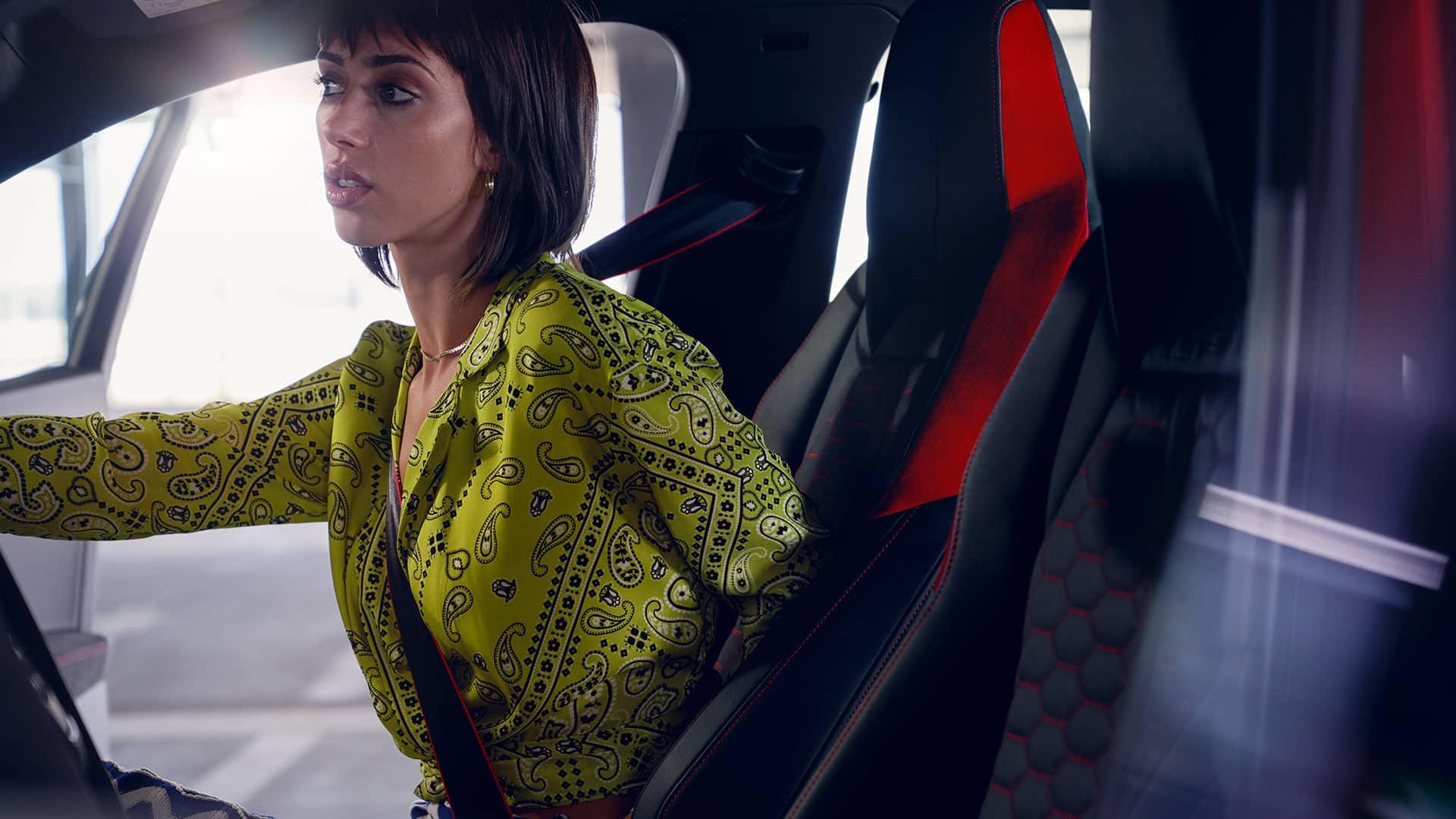 Frau sitzt auf Beifahrersitz im Audi RS Q3